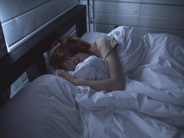 Hon sover i sin säng